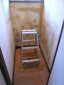 トイレ1壁紙はがしました
